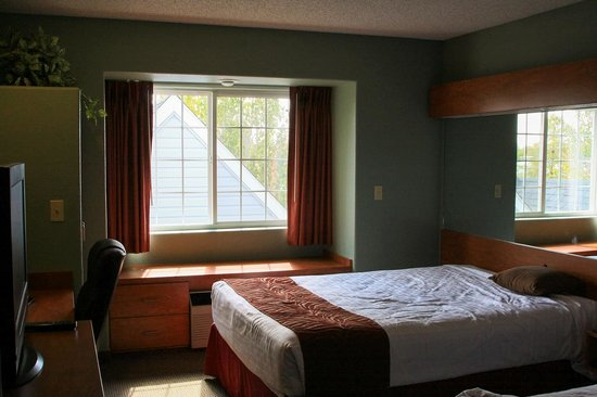 Monument Inn & Suites : Clean basic room