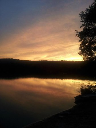 White Oak Motel & Cottages: beautiful sunset over the pond/lake