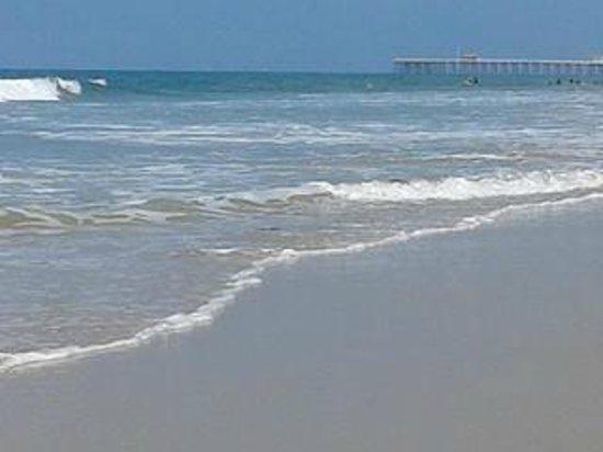 San Clemente Inn: beach down the street from the condo...walking toward the pier