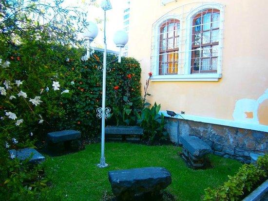 Yellow House Hotel: Garden
