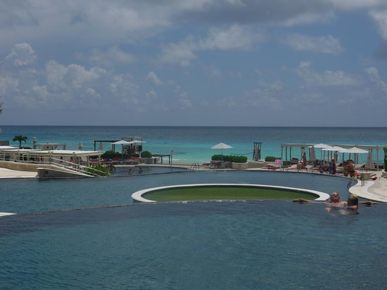Sandos Cancun Luxury Resort: Poolside