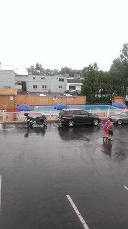 Travelodge South Burlington: Closed parking lot pool 2