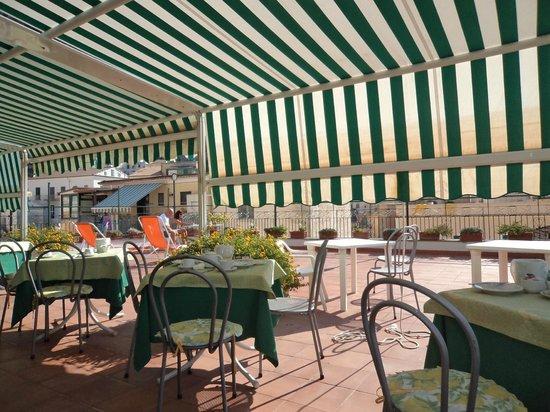 Hotel Amalfi: la terrazza in cui viene servita la colazione