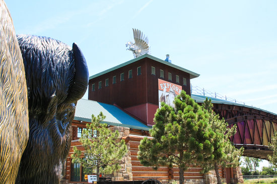 Great Platte River Road Archway Monument : buffalo and the archway