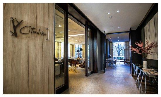Atton Vitacura: Entrada a Citadino Restaurant