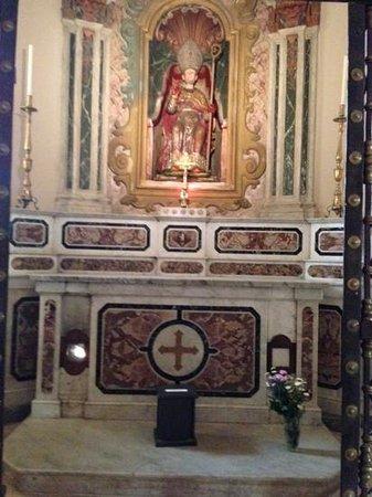 Acerenza: L'altare di S.Canio col foro in basso a sinistra.