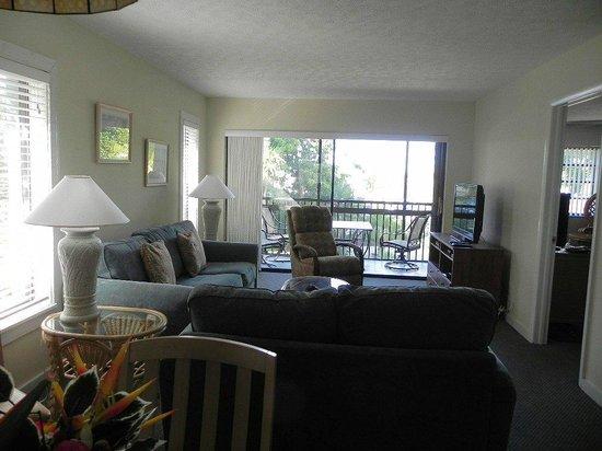 Marathon Key Beach Club: Living room to Screened in Balcony