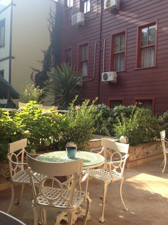 Tashkonak Hotel : Garden inside the hotel where you can have delicious apple tea.