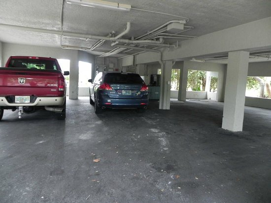 Marathon Key Beach Club: Under unit parking