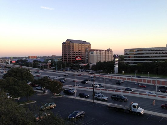 DoubleTree by Hilton Hotel San Antonio Airport : Our view over the freeway!