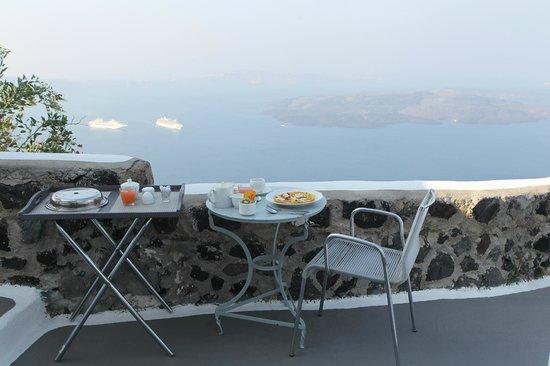 Chromata Hotel : śniadanie z widokiem na kalderę
