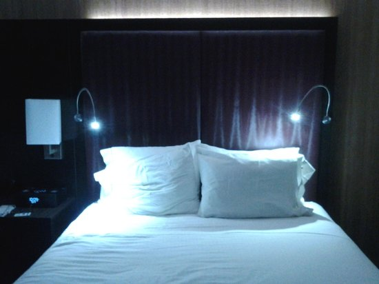 Holiday Inn Express Hotel & Suites : Queen bed showing individual LED reading lights