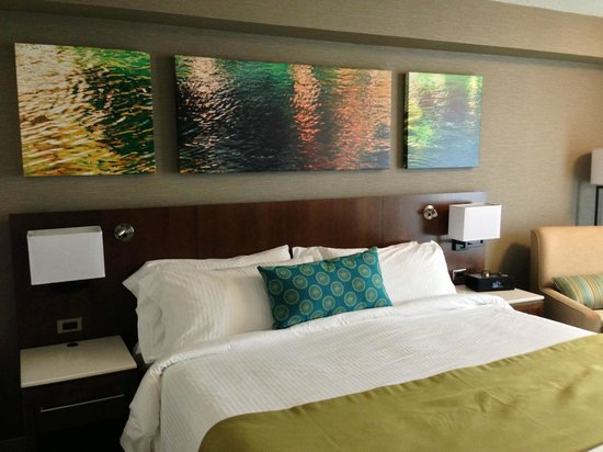 Delta Hotels by Marriott Kingston Waterfront: Bed area