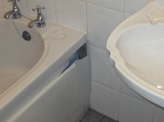 Donnybrook Lodge: Vasca da bagno tagliente