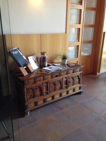 Ibai, Una Osteria Contemporania: Meuble en bois dans le vestibule de l'hôtel