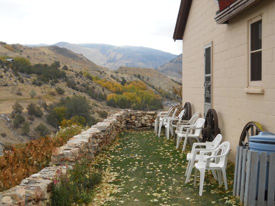 Yellowstone River Motel: The grassy patio along the river
