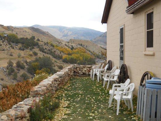 Yellowstone River Motel : The grassy patio along the river