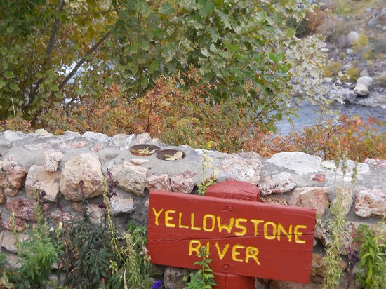 Yellowstone River Motel: The River