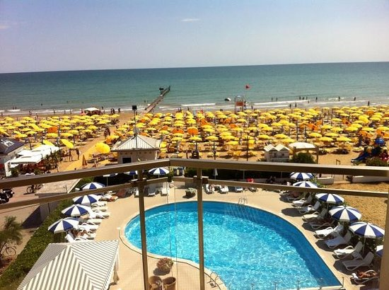 Hotel Delle Mimose: Vista mare e piscina dal terzo piano.