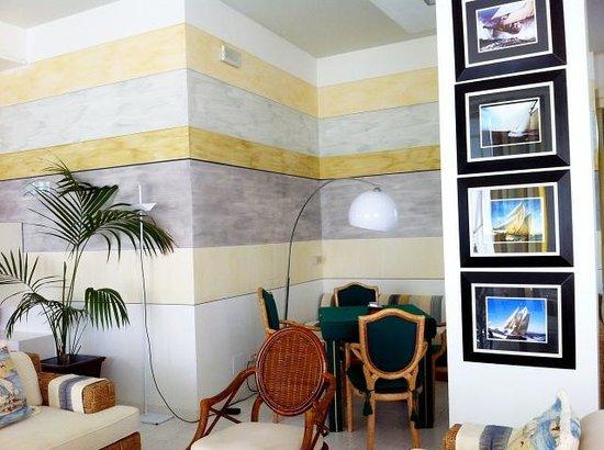 Hotel Delle Mimose: Piano terreno sala con TV, tavolo per carte e divani per rilassarsi.