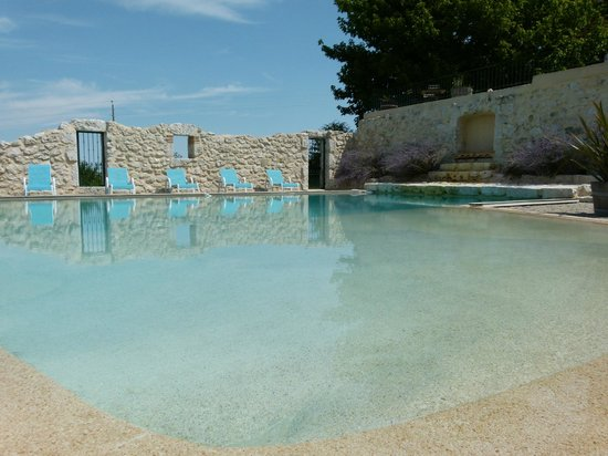 Domaine de Rambeau: The magnificent pool with beach effect