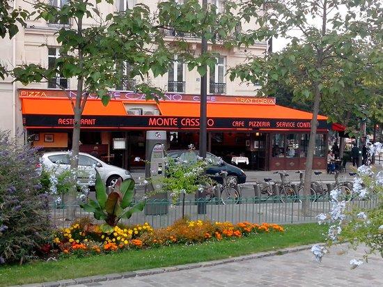 Monte Cassino: Massif de fleurs face au restaurant