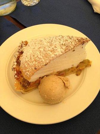 Restaurant Zum See : Rhabarberkuchen mit hausgemachtem Zimteis