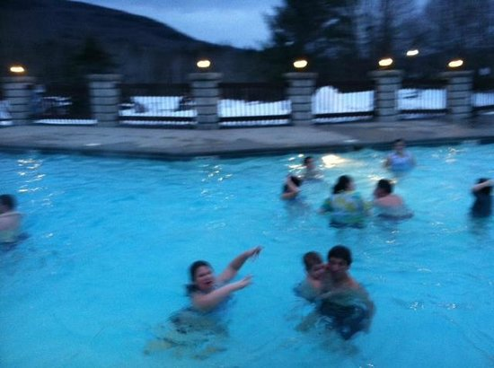 Indian Head Resort: Swimming outside, in the winter! GREAT fun!