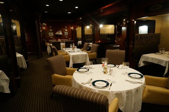 Delta Hotels by Marriott Beausejour : The Windjammer, modeled after a ship captain's dining room