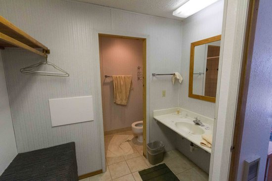 Diamond Lake Resort: Sink area of bathroom