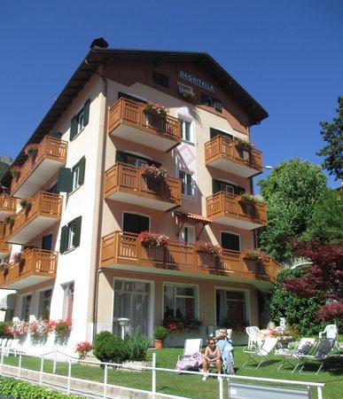 Hotel Negritella: L'albergo e il prato adiacente attrezzato di sdraio per bagni i sole o ore di puro ozio!