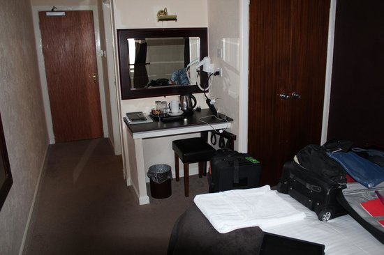 Drumnadrochit Hotel: Room desk with tea-coffee accessories