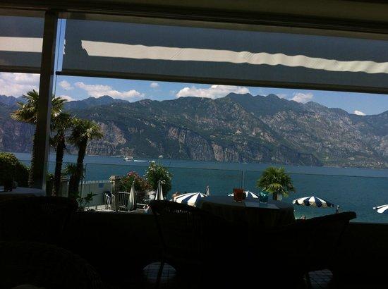 Al Bacio Restaurant: la terrazza con vista lago
