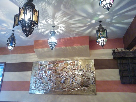 Tarboush Cafe: The lovely Hanging lamps