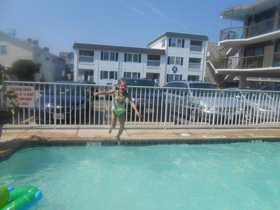 Beach House Dewey: fun in the pool