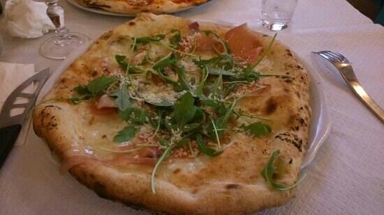 Chez Mario : pizza base parmesan au speck et roquette