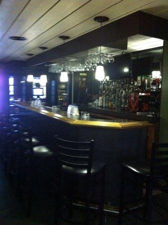 Le bar pour attendre ses convives picture of grillade noir et blanc sainte - Bar piano blanc et noir ...