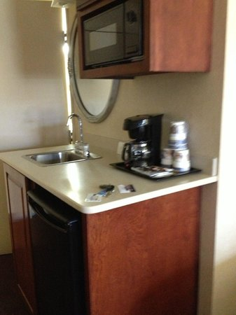 Best Western Plus Abbey Inn: extra sink area - notice the mirror over the sink