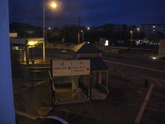 Hotel Colbert: 部屋から見たバス案内所