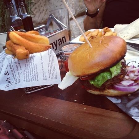 Banyan Bar & Kitchen: delicious burger and chunky chips!