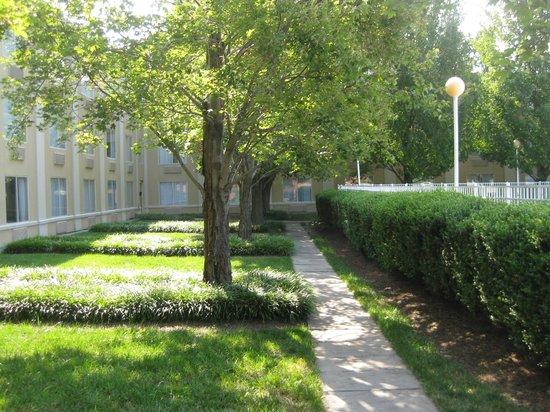 Comfort Inn Arlington Boulevard: Clean grounds in back