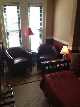 Morrill Mansion Bed & Breakfast: Sitting area of the Morrill Suite