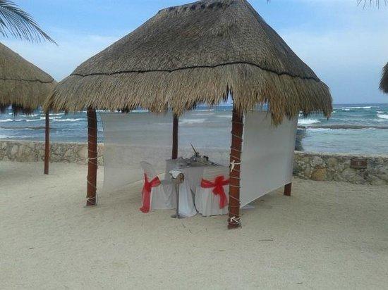 El Dorado Sensimar Riviera Maya: Romantic dining on the beach