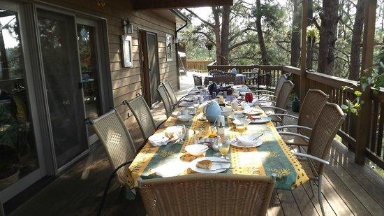 Coyote Blues Village B&B: Breakfast on the balcony.