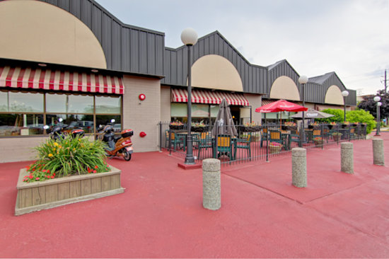 BEST WESTERN PLUS Toronto North York Hotel & Suites: Western Bar & Grille Outdoor Patio - Restaurant On-Site