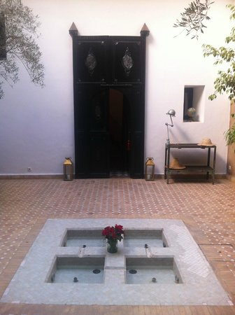 Riad Magellan Yoga: Courtyard by day