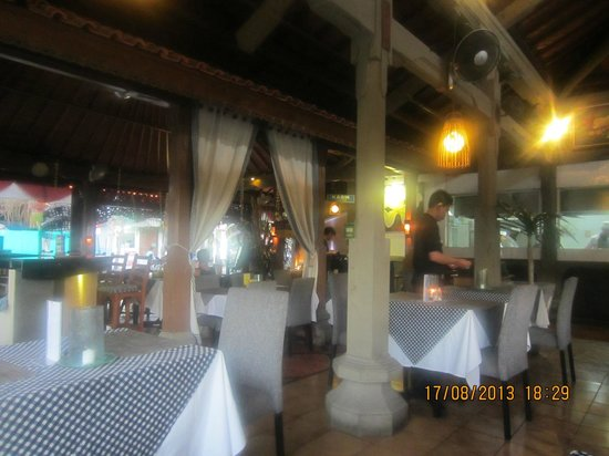 Adi Dharma Cottages: restuarant and bar