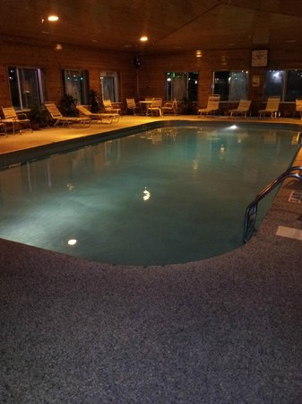 Quality Inn : Pool area at night! BLUE AND SO PRETTY!