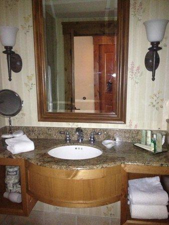 Vail Marriott Mountain Resort : bathroom vanity, room 377