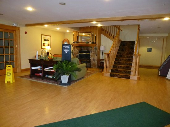 Country Inn & Suites By Carlson, Cortland: Quaint, cozy lobby.